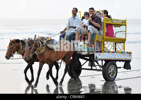 Indian family on a horse cart on the beach at Juhu, Juhu Beach, Mumbai, Maharashtra, India, Asia - Stock Photo