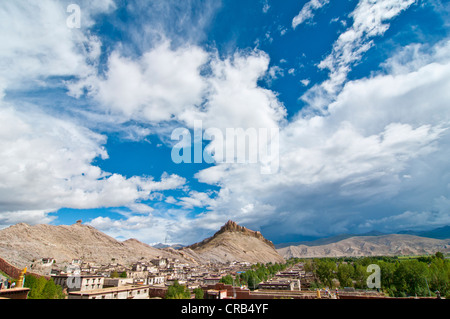 Old Tibetan district in front of the Gyantse Dzong fort, ancient fortress, Gyantse, Tibet, Asia - Stock Photo