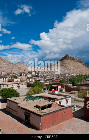 The old Tibetan quarter with the Gyantse Dzong or Gyantse Fortress at back, Gyantse, Tibet, Asia - Stock Photo