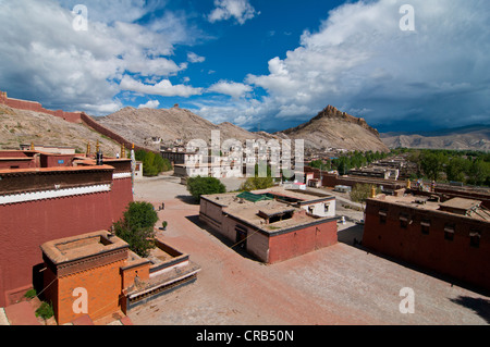 The old Tibetan quarter with the Gyantse Dzong or Gyantse Fortress at back, Gyantse, Tibet, Asia - Stock Photo