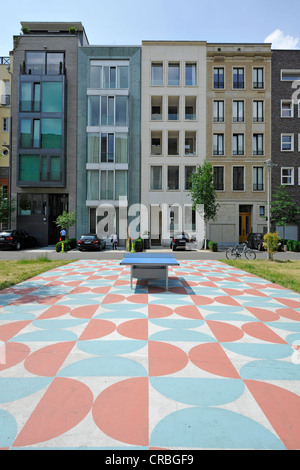 Table tennis table in front of new apartment blocks near the Foreign Office, Caroline-von-Humboldt-Weg, Berlin, - Stock Photo