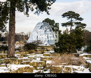 UK, London Kew Gardens - Davies Alpine house surrounded by a snowy landscape in winter. - Stock Photo