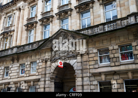 scottish royal coat of arms above the door of st vincent street post office building glasgow scotland uk - Stock Photo
