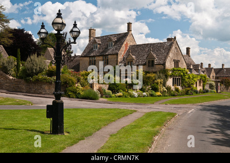 Stone cottages and colourful gardens in the small Cotswold town of Chipping Campden, Gloucestershire, England - Stock Photo