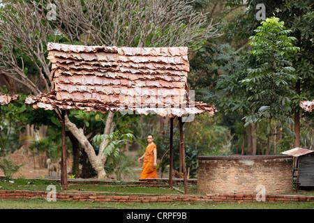Thai buddhist monk walking in temple courtyard, Chiang Mai, Talence - Stock Photo