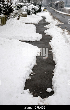 Footpath cleared of snow - Kent, England - Stock Photo