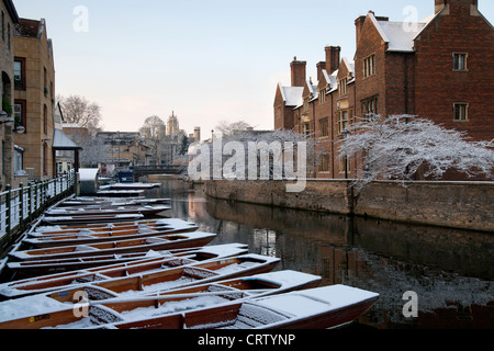 Snowy Punts on River Cam, Cambridge opposite Magdalene College. - Stock Photo