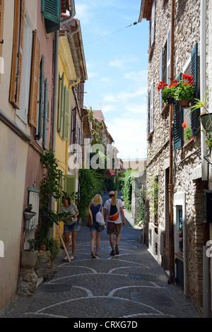 Street scene in Vieux Ville (Old Town), Antibes, Côte d'Azur, Alpes-Maritimes, Provence-Alpes-Côte d'Azur, France - Stock Photo