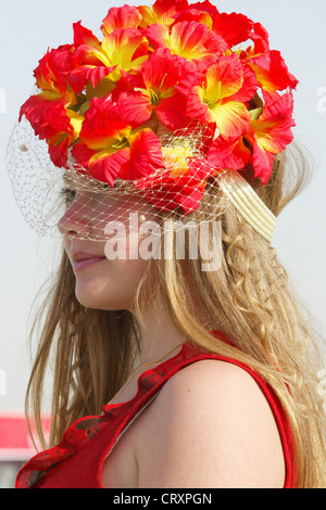 Viewers with hat on the Nad Al Sheba Racecourse in Dubai - Stock Photo
