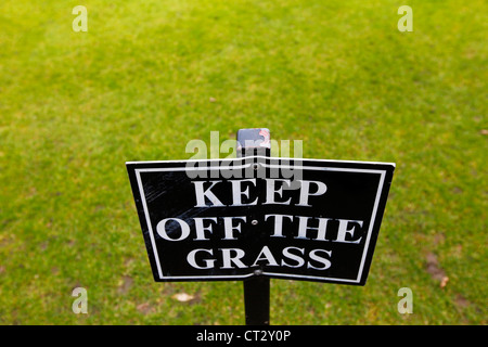 Keep off the Grass, entering the lawn is prohibited. Sign at a greenery in Oxford, Oxfordshire, UK, Europe - Stock Photo