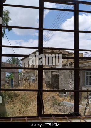 dh Old town NICOSIA CYPRUS Green line lefkosia lefkosa border north south deserted house in dead zone - Stock Photo