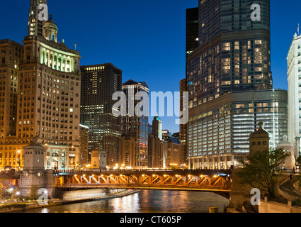Night-time view of the Michigan Avenue Bridge (officially DuSable Bridge) and downtown Chicago, Illinois, USA. - Stock Photo