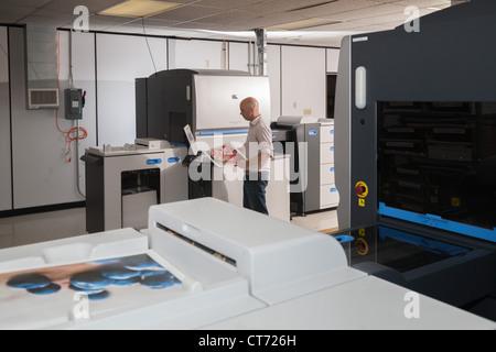 Operator using a HP Indigo 5500 digital press - Stock Photo