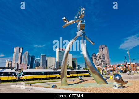The Traveling Man - Walking Tall, 38-foot-tall, one of three stainless steel sculptures in the Deep Ellum area of - Stock Photo