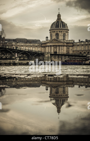 L'institut de France et le pont des arts - Paris - Stock Photo