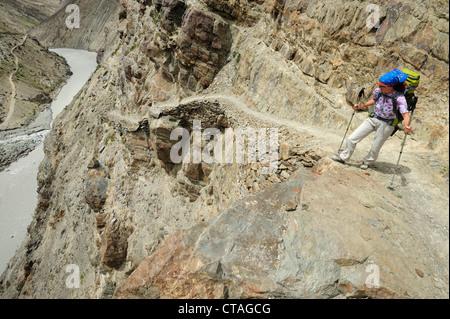 Woman looking into a gorge, between Padum and Phuktal, Zanskar Range Traverse, Zanskar Range, Zanskar, Ladakh, Jammu - Stock Photo