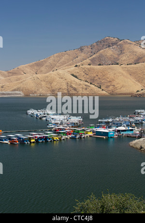 Houseboats on lake kaweah an artificial reservoir in the for Lake kaweah fishing