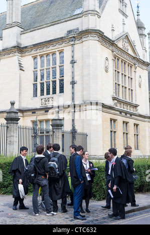 Undergraduates outside the Examinations hall discuss one of their final examins at Oxford university, England. - Stock Photo