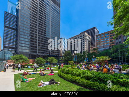 Office workers lunching in front of Jackson Boulevard entrance to Willis Tower (formerly Sears Tower), Chicago, - Stock Photo