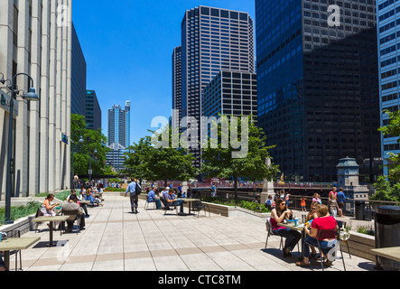 Office workers lunching on terrace of Caribou cafe outside Union Station, Chicago River, South Riverside Plaza, - Stock Photo