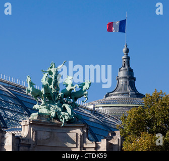A monumental bronze quadriga by Georges Récipon tops each wing of the main façade of the Grand Palais in Paris, - Stock Photo