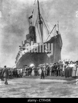 LUSITANIA arriving in N.Y. for first time, September 13, 1907: bow & portside view at dock; welcoming crowd - Stock Photo