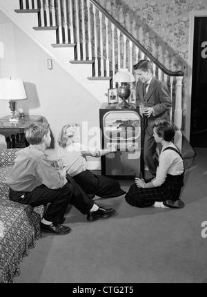 1950s TEEN BOYS & GIRLS IN LIVING ROOM WATCHING TV - Stock Photo