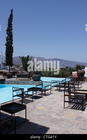 THE OUTSIDE BAR AREA OF THE FIVE STAR AQUILA ELOUNDA VILLAGE HOTEL. ELOUNDA CRETE - Stock Photo
