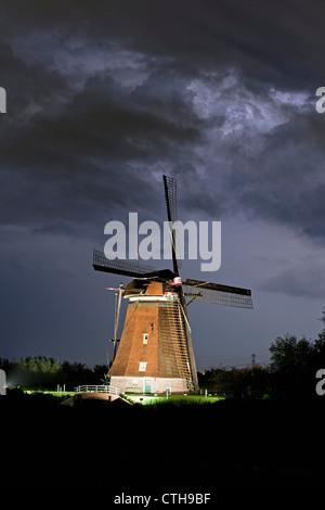The Netherlands, Kinderdijk, Lit Windmills situated in the Alblasserwaard Polder, UNESCO World Heritage Site. - Stock Photo