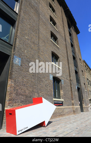 The new Central St Martin's School of Art, in Granary Square, behind King's Cross in London NC1, UK - Stock Photo
