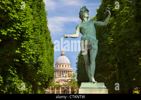Bronze statue l'acteur Grec (the Greek Actor) by Arthur Bourgeois in Jardin du Luxembourg with the Pantheon beyond, - Stock Photo