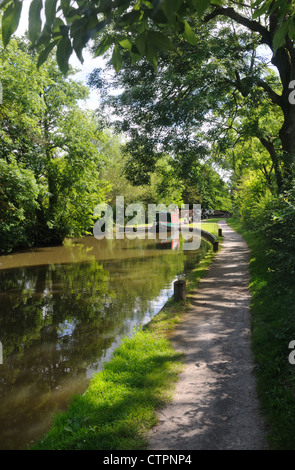 33' narrowboat 'Pearlbrook' emerges from Lock No.35 on the Stratford-upon-Avon Canal near Yarningale, Warwickshire, - Stock Photo