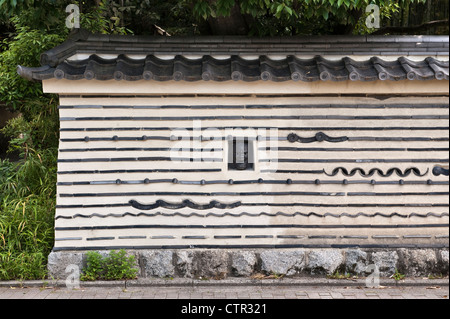 Kyoto, Japan. The wall surrounding Koto-in temple in the Daitoku-ji temple complex - Stock Photo