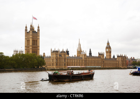 River Thames with the Palace of Westminster on the north bank. - Stock Photo