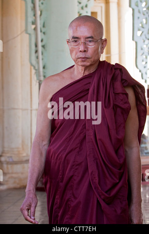 Myanmar, Burma. Buddhist Monk, Shwezigon (Shwezegon) Pagoda, Nyaung Oo, near Bagan. - Stock Photo