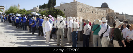 Tour groups lined-up and waiting to enter the Islamic holy site Masjid Qubbat As-Sakhrah or The Dome of Rock, Jerusalem, - Stock Photo