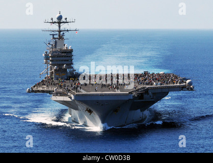 Sailors assigned to the Nimitz-class aircraft carrier USS Abraham Lincoln (CVN 72) join friends and family members - Stock Photo