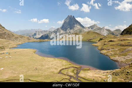 The West side of the Midi d'Ossau Peak and the Gentau Lake, seen from the vantage point of the Ayous refuge (Western - Stock Photo