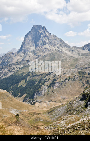 The West side of the Midi of Ossau Peak seen from a vantage point on the way to the Gentau Lake (Western Pyrenees - Stock Photo