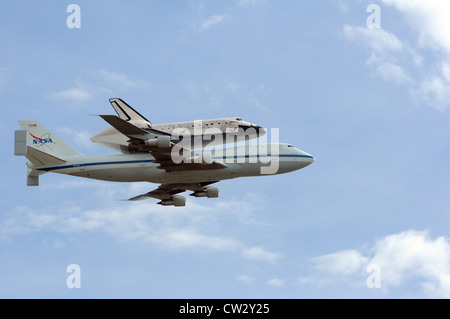 Space shuttle Discovery attached to its 747 transport passes over the nation's capital WASHINGTON, D.C. (April 17, - Stock Photo