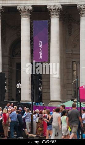 Spectators line the Mens marathon route outside the Royal Exchange, City of London, on the final day of the Olympics - Stock Photo