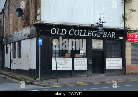 The Old College Bar (est. 1810) in Glasgow's High Street on the edge of the Merchant City area. - Stock Photo