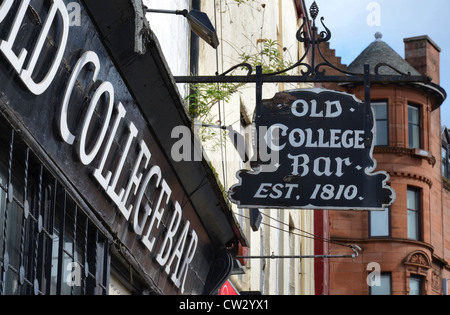 Sign outside the Old College Bar (est. 1810) on Glasgow's High Street on the edge of the Merchant City area. - Stock Photo