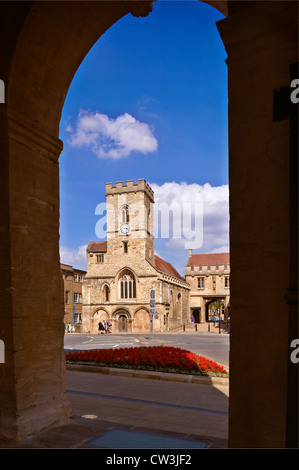 St. Nicholas' church, Abingdon-on-Thames, Oxfordshire, UK seen through archway of the County Hall museum - Stock Photo