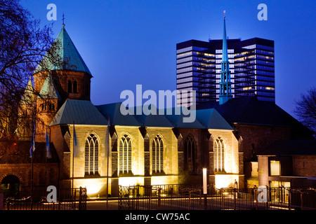 Essen cathedral with town hall in the background at blue hour, Germany, North Rhine-Westphalia, Ruhr Area, Essen - Stock Photo