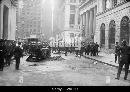 The Wall Street Bombing. Police, soldiers, and reporters at the scene of the Wall Street terrorist bombing, Sept. - Stock Photo