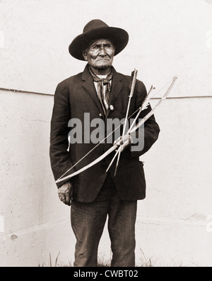 Geronimo (1829-1909), Chiricahua Apache warrior, at Louisiana Purchase Exposition St. Louis, 1904, where he sold souvenirs and Stock Photo