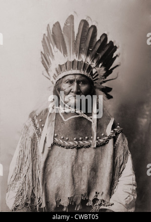 Geronimo (1829-1909), Chiricahua Apache warrior in Indian clothing and feathered headdress. 1907 . Stock Photo