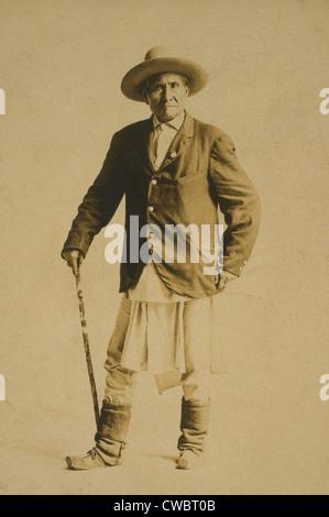 Geronimo (1829-1909), Chiricahua Apache warrior with walking stick. 1904 photo. Stock Photo