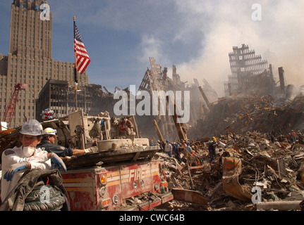 Urban search and rescue teams inspect the wreckage at the World Trade Center two days after the 9-11 terrorist attacks - Stock Photo